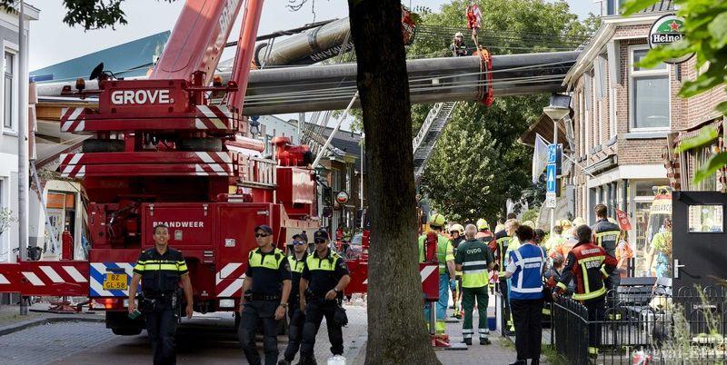 Два строительных крана рухнули на жилые дома