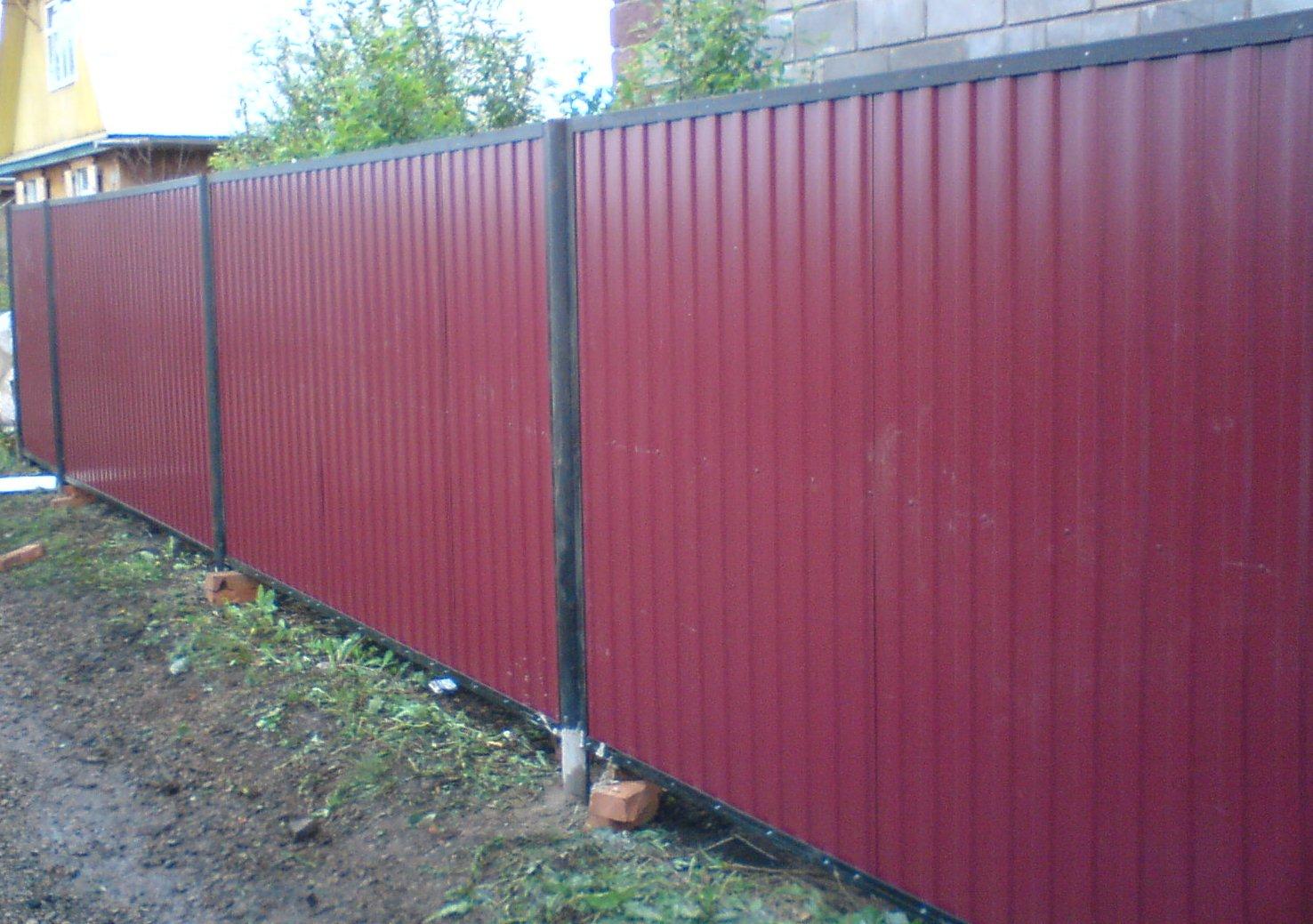 Забор из профнастила для дачного участка